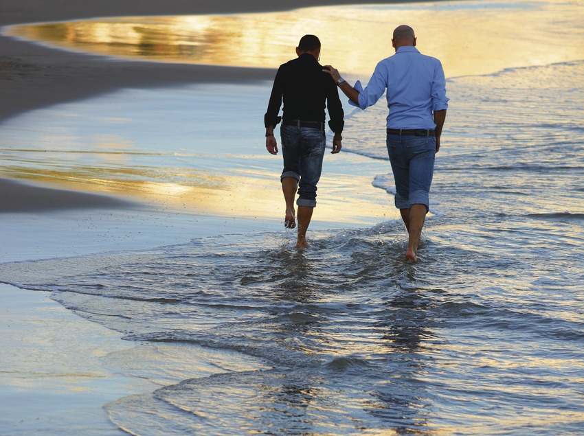 Chicos en la playa de Sant Sebastià de Sitges (Lluís Carro)