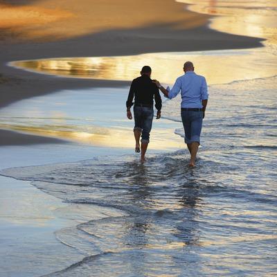 Jeunes hommes sur la plage de Sant Sebastià à Sitges (Lluís Carro)