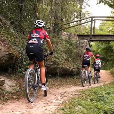Ciclistes seguint el Track dels Àngels
