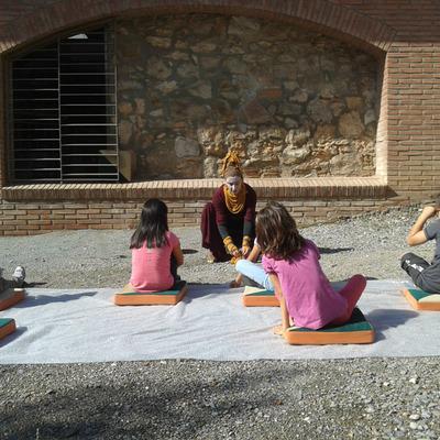 Los niños recorriendo la antigua fábrica Pujol y Bausis de la mano de la Barbotina