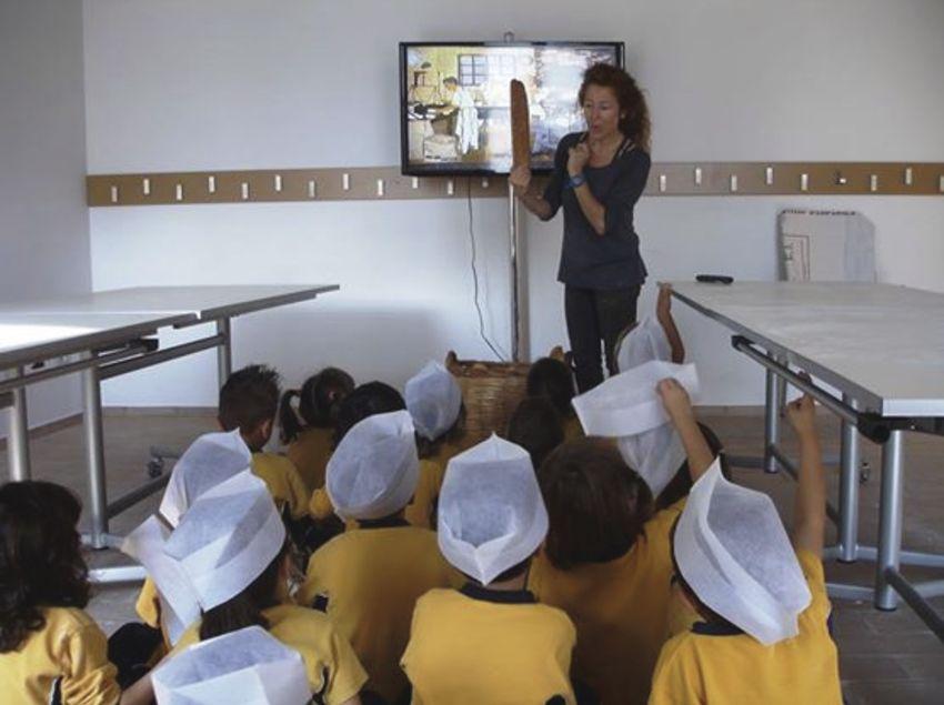 Niños que paricipan en el taller del Ecomuseo Farinera