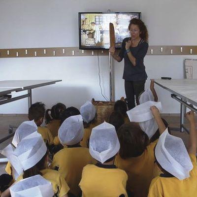 Nens que participen al taller de l'Ecomuseu Farinera