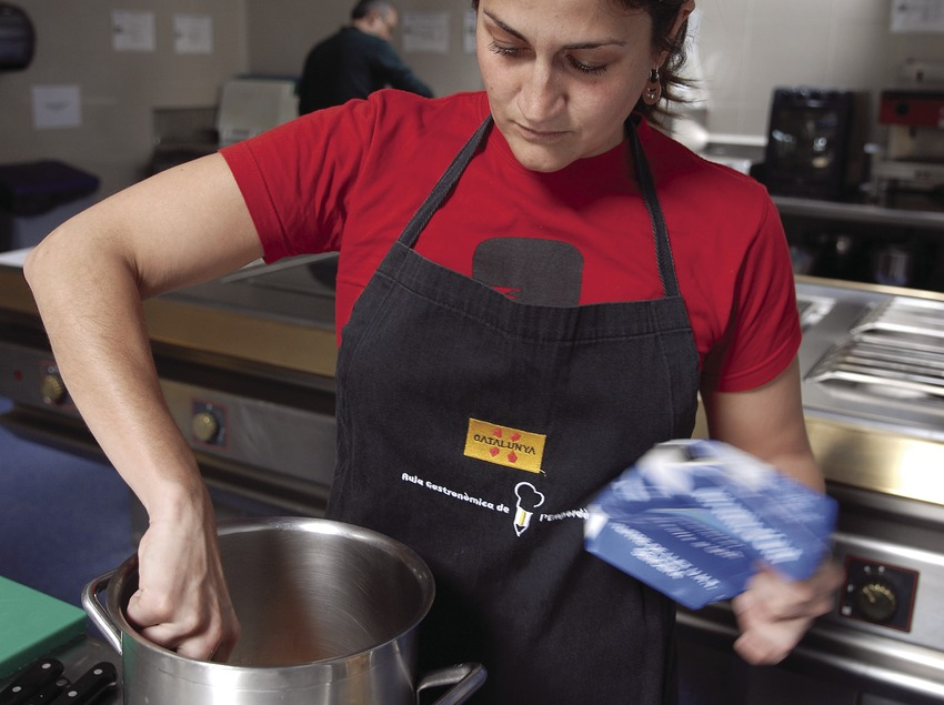Gema Monroy, from Traveller magazine, in action during a cookery class in the Empordà Gastronomic Classroom  (Tina Bagué)