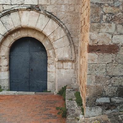 Castillo de Mediona. Puerta de la iglesia (Josep Cano. Diputació de Barcelona)