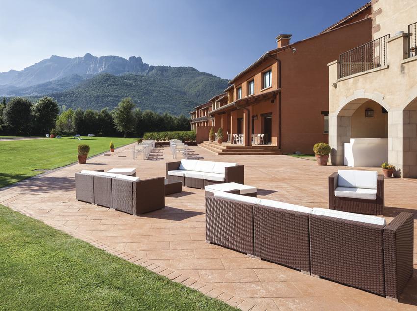 Vistes del pati i la terrassa a l'Hotel Vall d'en Bas
