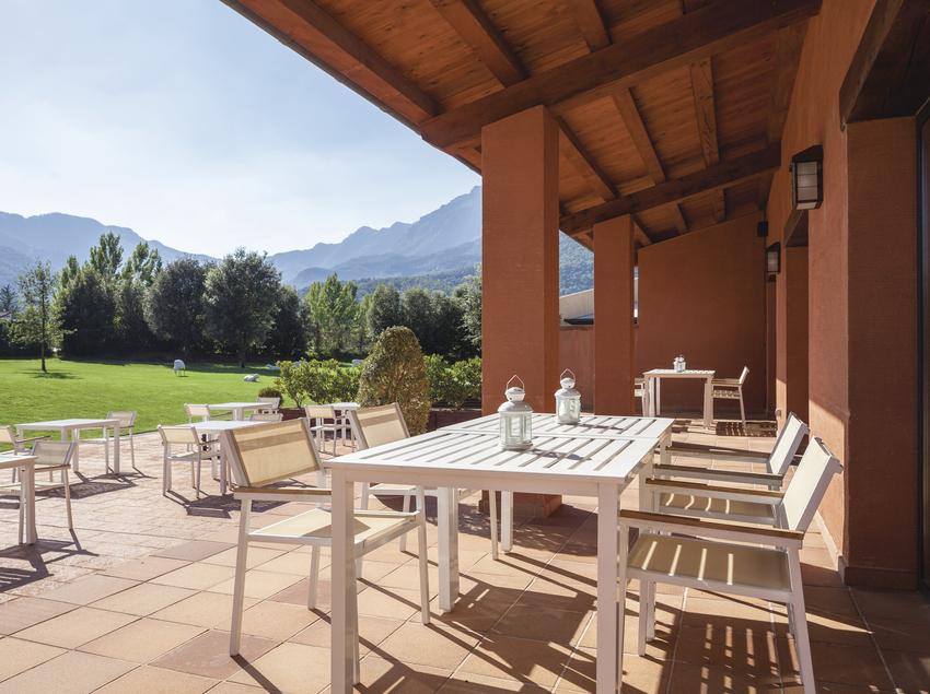 Terrassa amb cadires i taules a l'Hotel Vall d'en Bas
