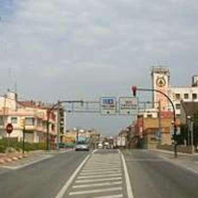 Carretera d'entrada al poble.