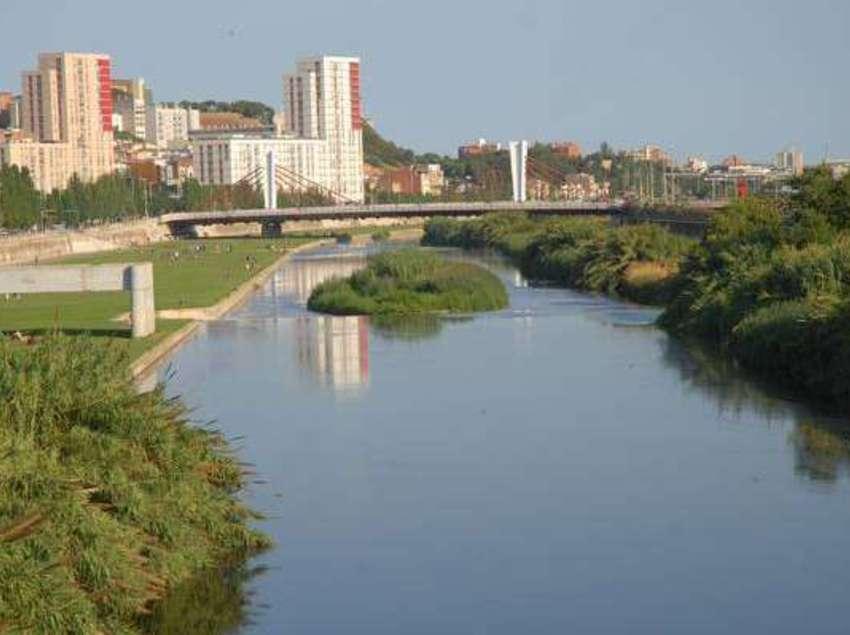 La ciutat des del riu.