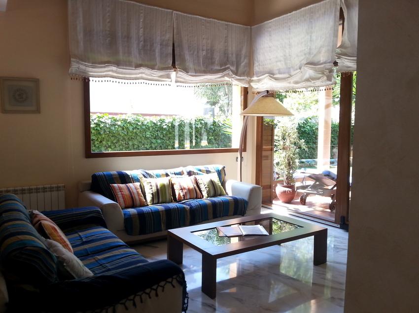 Sala d'estar amb llum natural i accés a la terrassa exterior