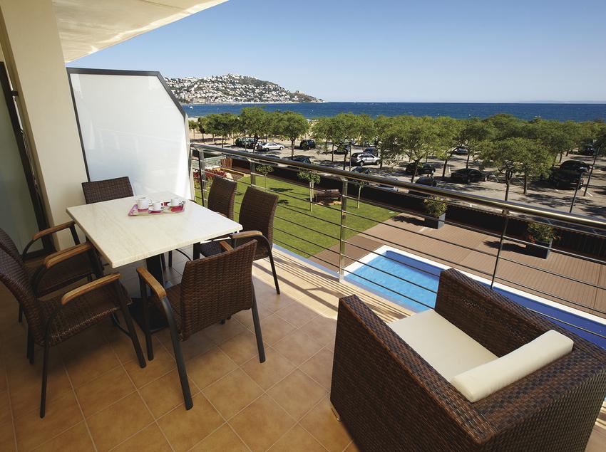 Terrassa amb vistes a la piscina i al mar