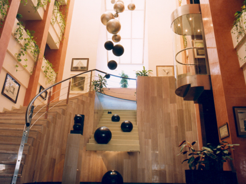 Hall del hotel Estela diseñado por Josep María Subirachs.