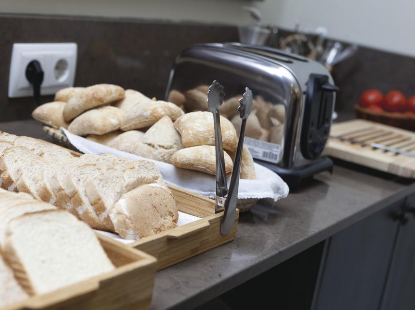 Expositores con pan para el desayuno