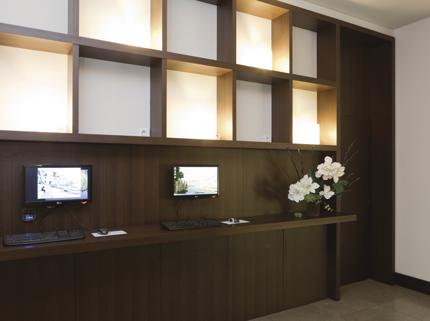 Recepción con espacio multimedia para los clientes