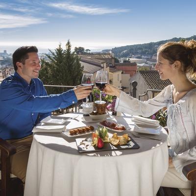 Parella prenent aperitiu a l'Hostal de la Plaça a Cabrils. (Nuria Puentes)