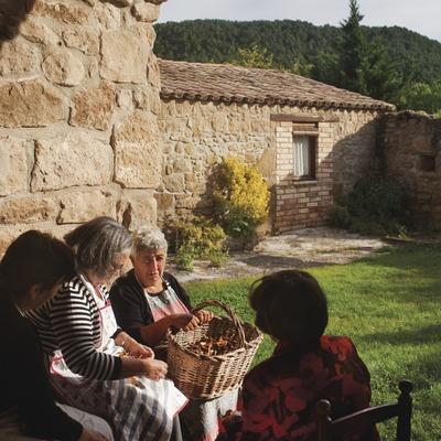 Àvies triant camagrocs mentres conversen, una tarda a una masia de Lladurs. Solsonès. (Oriol Clavera)