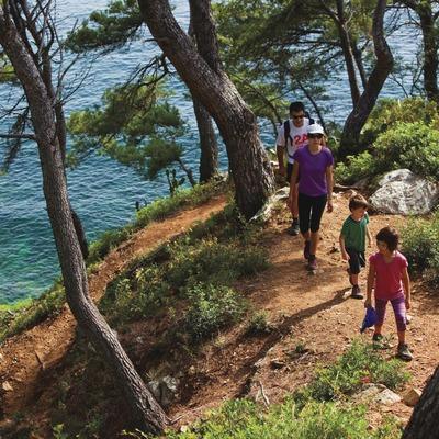Senderisme en família a Cap de Creus. Camí de Ronda entre Roses i Cala Montjoi. Al fons, el Cap de Norfeu. (Oriol Clavera)