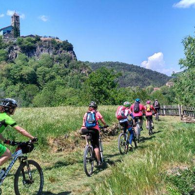 Ciclistas. Ruta BTT en el Pirineo.