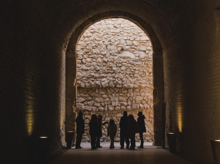 Visitantes contemplando parte del circo romano de Tarragona