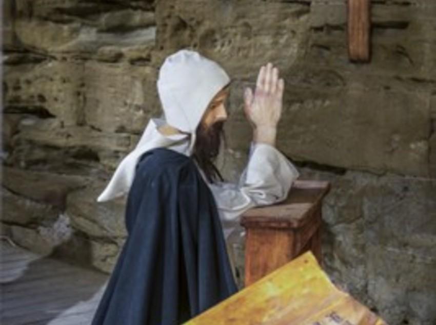 Templario rezando en el castillo de Gardeny.