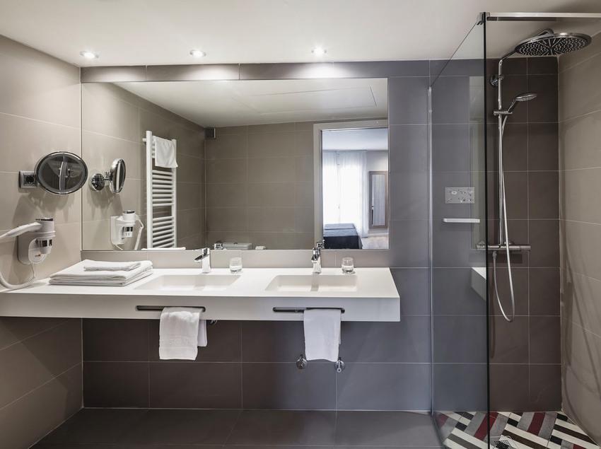 Baño de la habitación doble en el hotel-balneario Termes Victòria.
