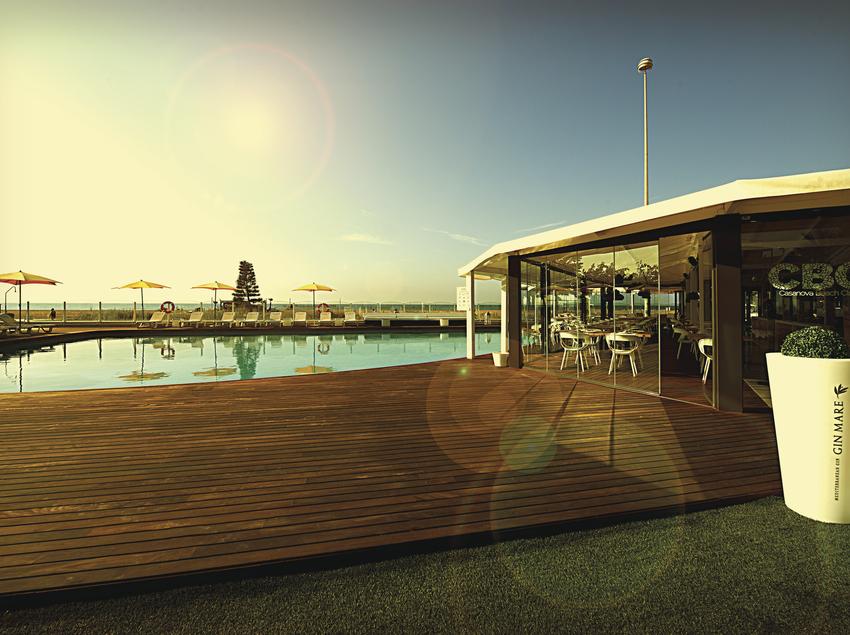 Terrassa amb piscina del CBC Casanova Beach Club.