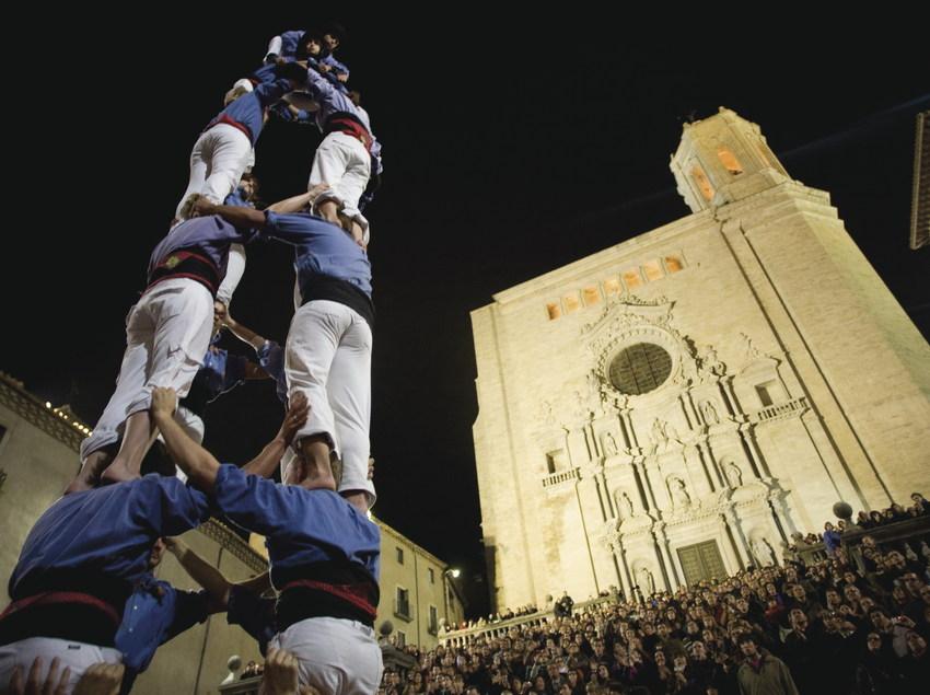 Castellers delante de la catedral de Girona.