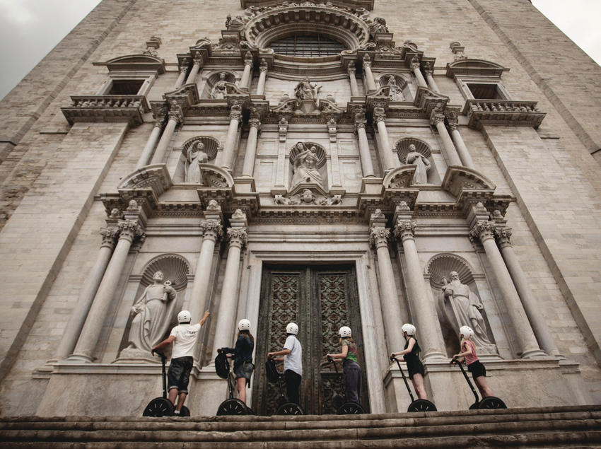 Turistas en segway contemplando la catedral de Girona.