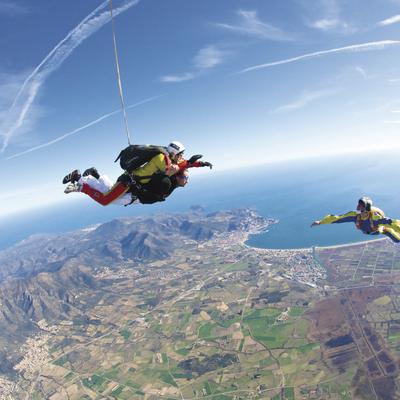 Paracaidistas sobrevolando la bahía de Roses.