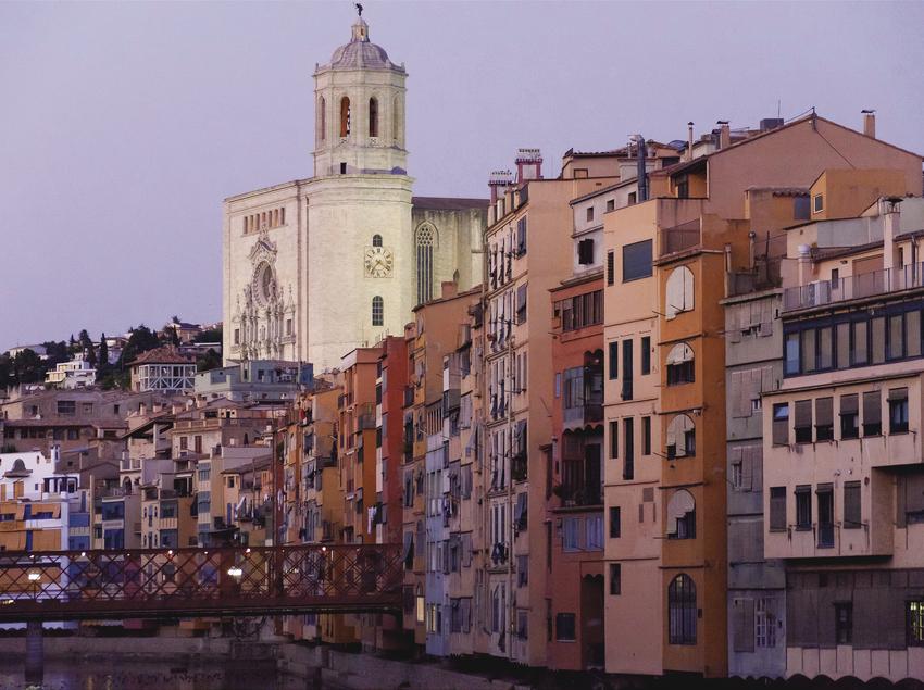 Casas del Onyar, con la catedral de fondo.