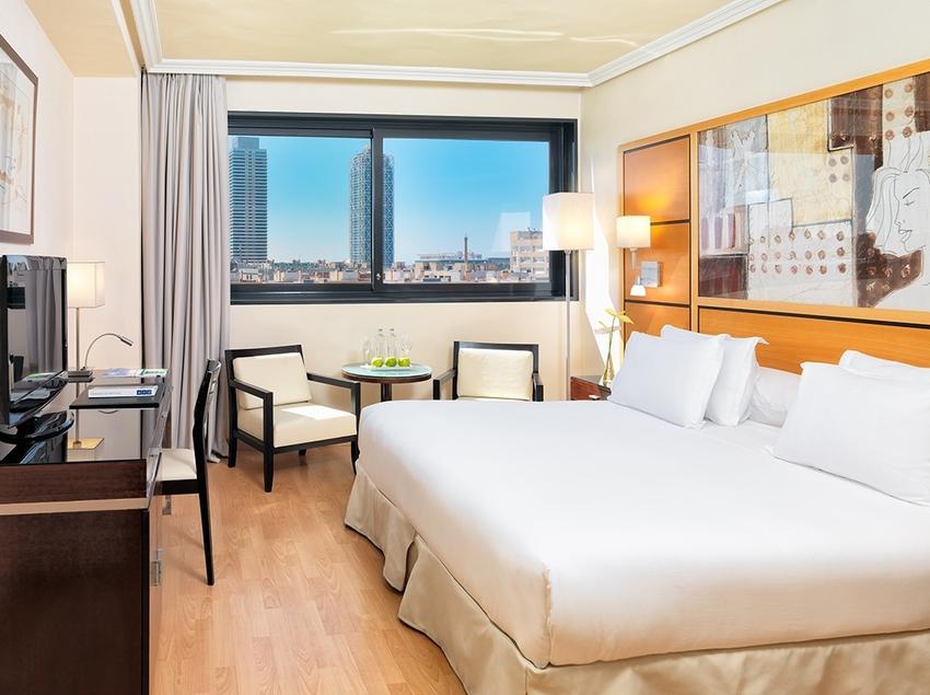 Habitación doble con cama de matrimonio. H10 Marina Barcelona.