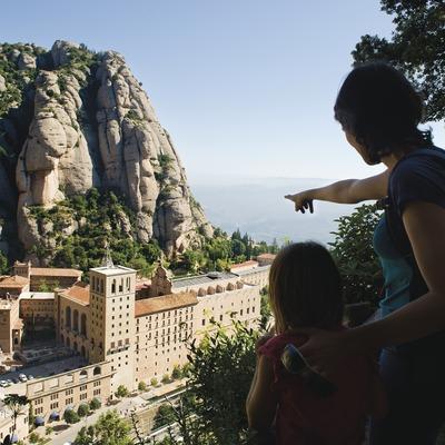 Una familia al mirador de Fra Gari (cami del Via Crucis) des d'on es contempla el Monestir i la muntanya de Montserrat.