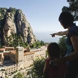 Una familia al mirador de Fra Gari (cami del Via Crucis) des d'on es contempla el Monestir i la muntanya de Montserrat. (Gemma Miralda Escudé)