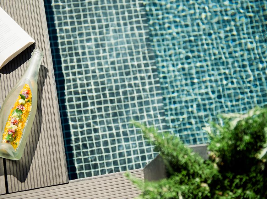 Tapa al borde de la piscina del hotel Gallery.