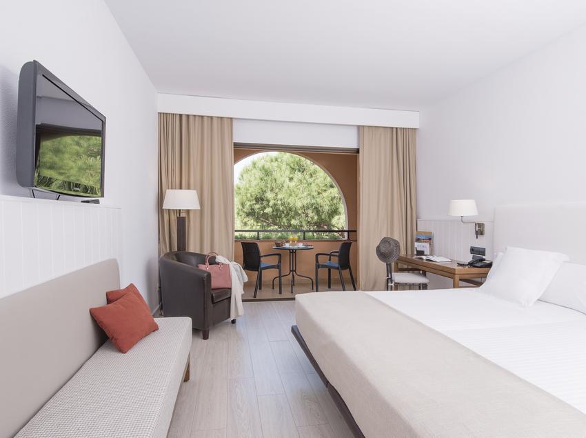 Habitación con vistas al jardín del hotel La Costa.