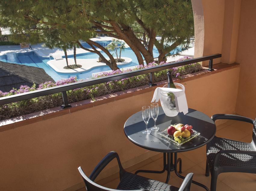 Balcón con vistas a la piscina.