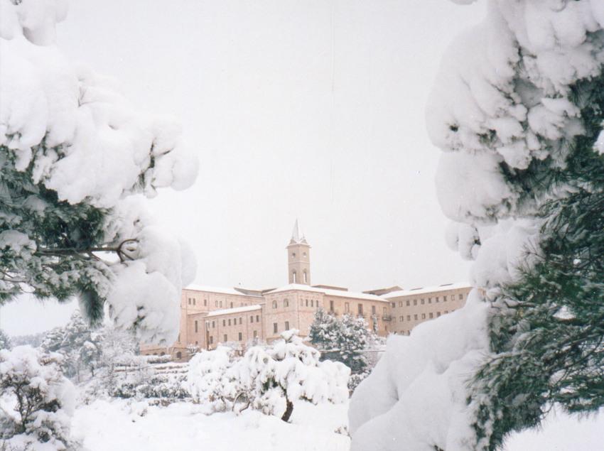 Exterior nevat de l'hotel Monestir de les Avellanes.