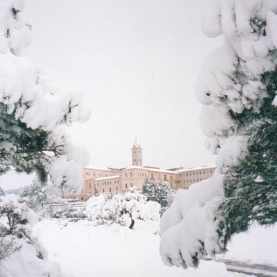 Exterior nevado del hotel Monestir de les Avellanes.