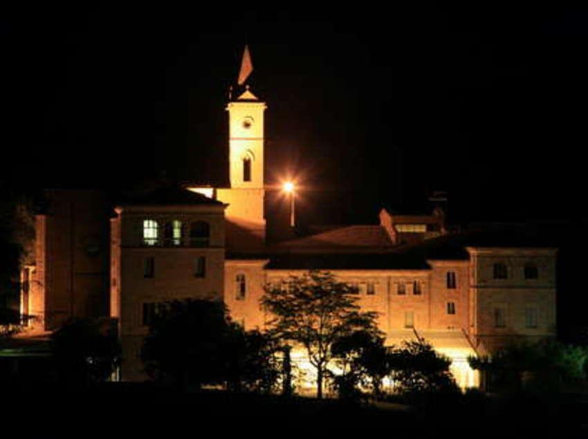 Vista nocturna de l'hotel Monestir de les Avellanes.