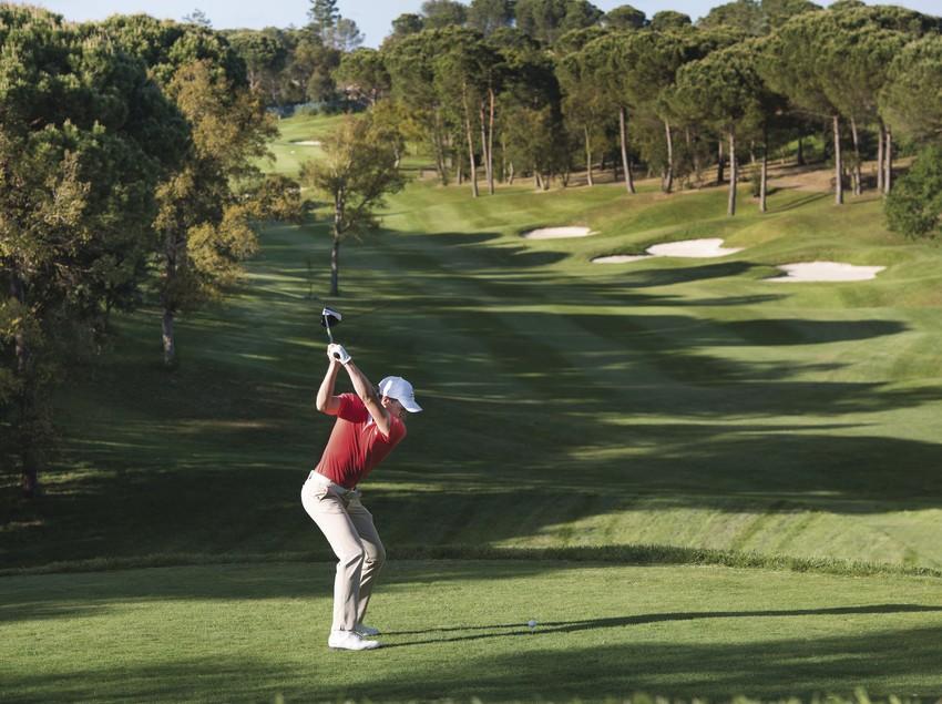 Home jugant a golf al forat 7 del Tour Course al PGA Catalunya Resort.