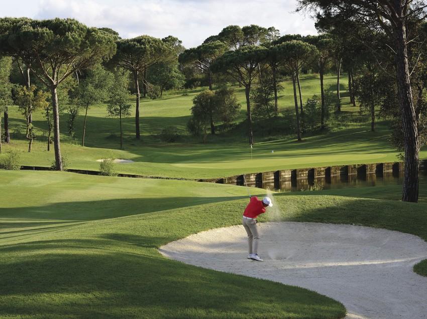Golfista en un dels forats del Tour Course, al PGA Catalunya Resort.