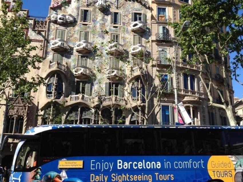 Autobús delante de la casa Batlló.