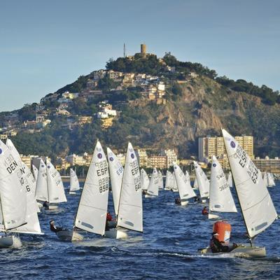 Velers Europe Class a Blanes amb el Castell de Sant Joan. (Alfred Farré Batlle)
