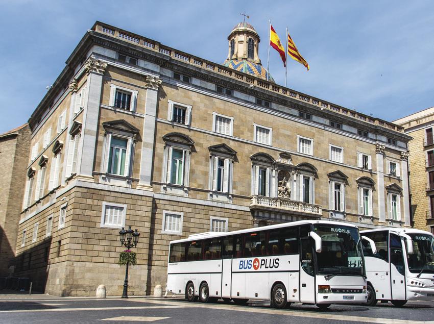 Dos autocares de Bus Plus aparcados delante del palacio de la Generalitat.
