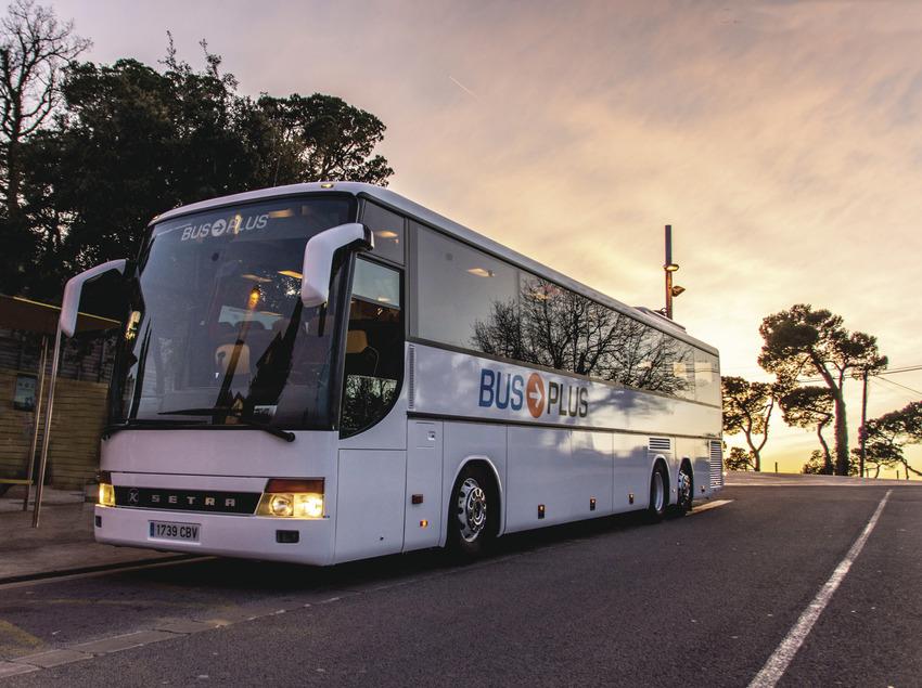 Autocar de Bus Plus aparcado.