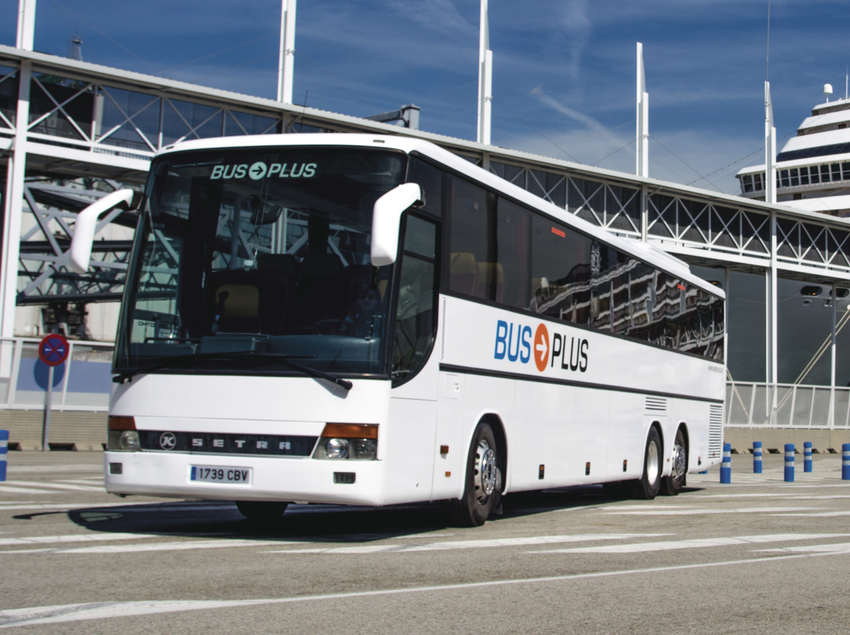 Autocar de Bus Plus en el puerto de Barcelona.