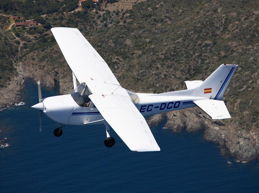 Avioneta sobrevolando la costa.