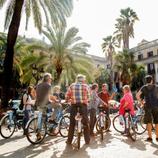 Grup de persones en bicicleta fent una ruta cultural amb guia per Montjuïc.