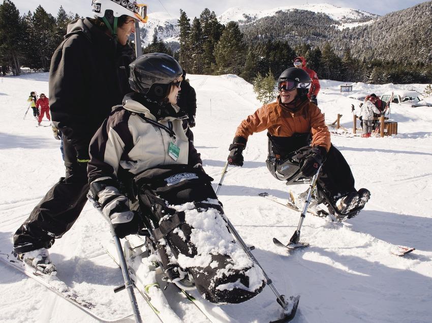Usuaris de les pistes d'esquí adaptades per persones amb mobilitat reduïda a l'estació d'esquí La Molina. (Gemma Miralda Escudé)