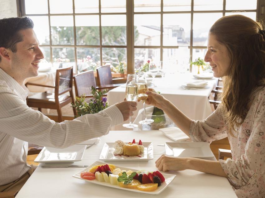 Parella dinant a l'Hostal de la Plaça a Cabrils. (Nuria Puentes)