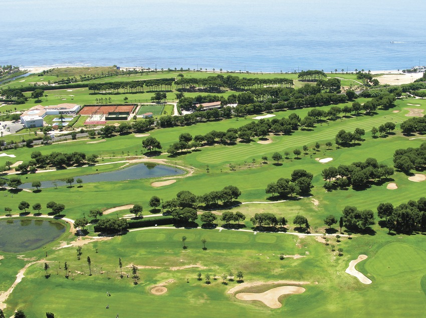 Vista aeria del camp de golf Terramar. (Club golf Terramar)